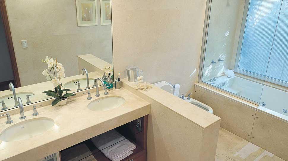 Baño. Es uno de los ambientes donde más se destaca el uso del mármol: pisos, revestimientos y muebles como mesadas y vanitorys.