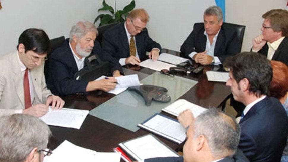 Acuerdo. Elettore y los profesionales firmaron el convenio ayer (Casa de Gobierno).