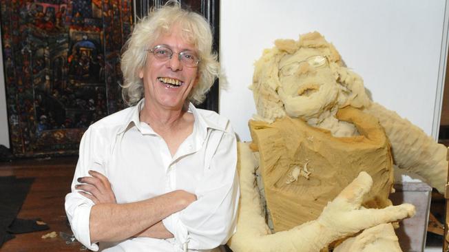 Jorge Cuello junto a su clon de gomaespuma, que recibe a los visitantes en el ingreso de su muestra en el Museo Genaro Pérez.