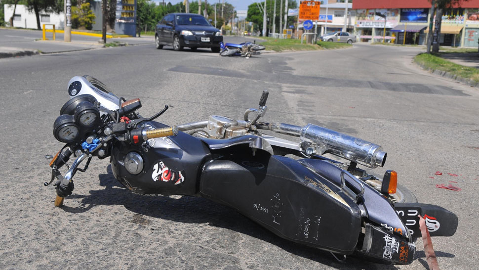 Triple choque. Dos motos y un auto colisionaron ayer en bulevar Los Alemanes. Los motociclistas resultaron heridos (Martín Santander/La Voz).