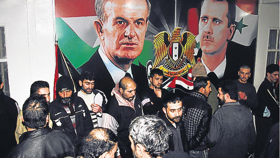 Liberados. Un grupo de prisioneros, al salir de la cárcel de Adra (AP)