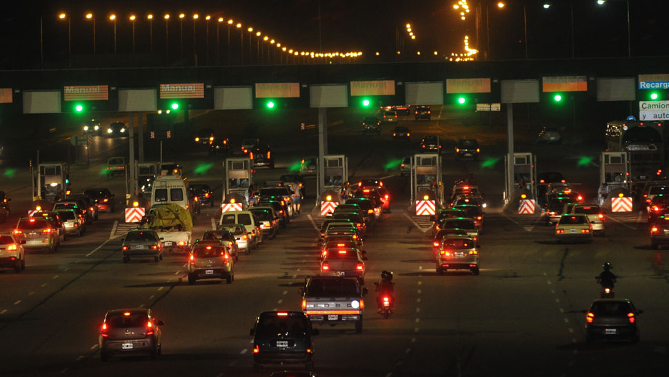 Cuello de botella. Anoche había muchas cabinas, pero también muchas colas en la estación de peaje de la autopista Córdoba-Carlos Paz (Ariel Carreras/La Voz).