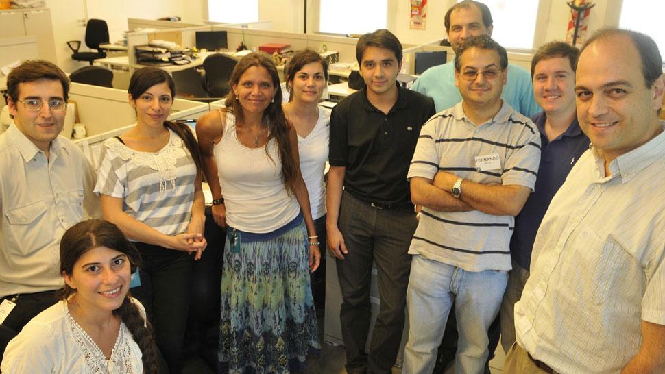 Universitarios. Guillermo González (derecha) junto al equipo de trabajo de la Universidad Siglo 21 (José Gabriel Hernández).