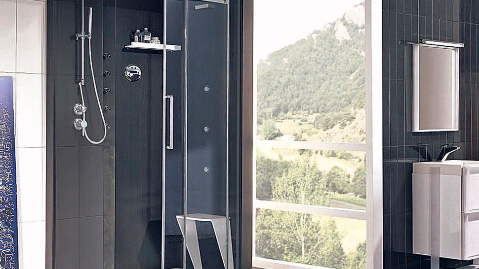 Poca agua. En un box de ducha se consume menos agua que en una bañera.