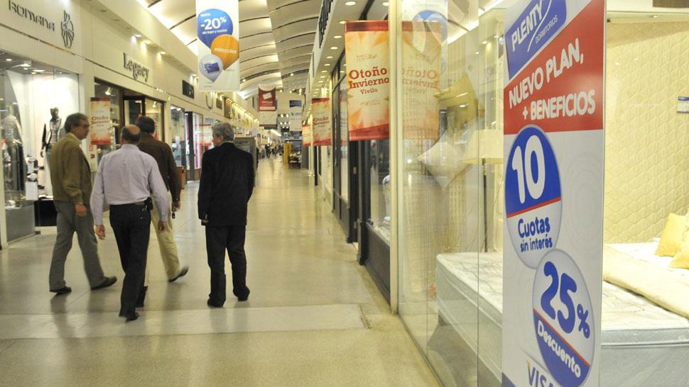 A buscar. Todavía hay promociones en shoppings. Hay que mirar bien para aprovechar (Sergio Cejas/La Voz).