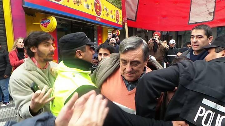 SIN ACCESO. La Policía tucumana impidió el ingreso de Alberto Lemmos al acto de Cristina. (Gentileza José Iniesta).
