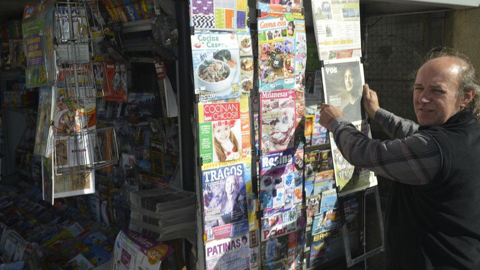 Estoico. Edgardo reparte los diarios en moto y sufre el viento helado (Pedro Castillo/La Voz).