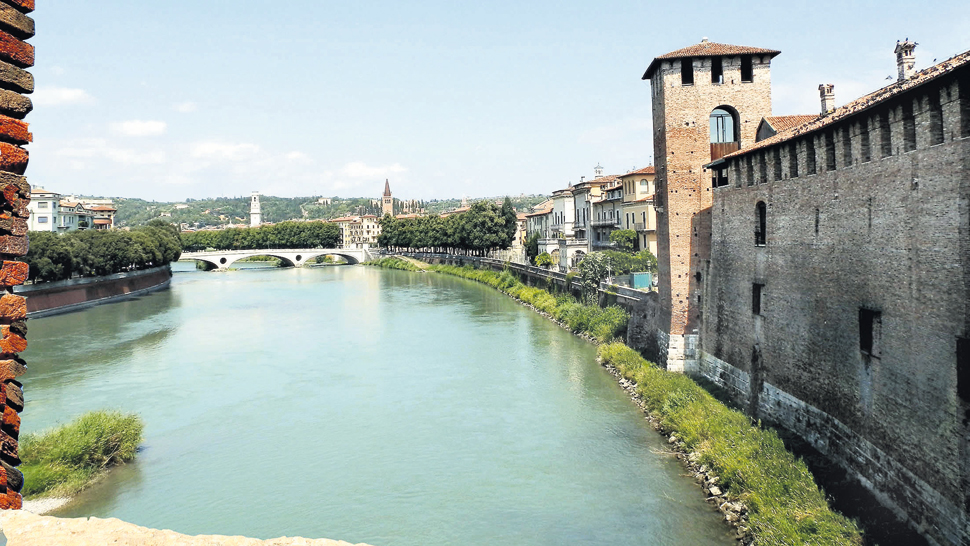 Vista del río Adige desde la almenara del puente Scaligero. Al fondo, el puente de la Victoria completa una de las postales típicas de la ciudad de Verona.