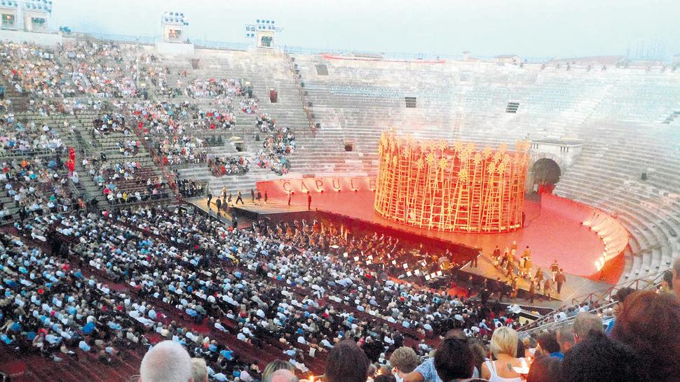 La Arena, de los coliseos romanos más grandes del mundo. Cada noche de verano convoca, a través de la lírica, al Festival de Verona.