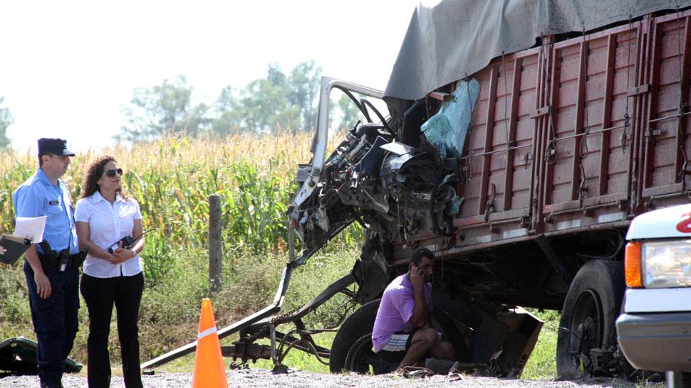 CHOQUE MÚLTIPLE. Así quedó uno de los camiones (La Voz).