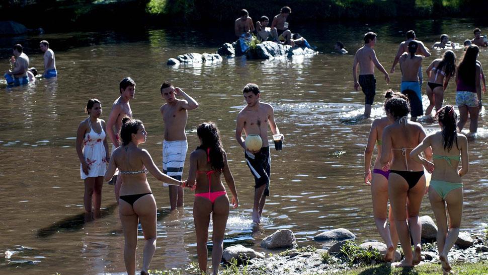 Río movido. Esta semana, en días de sol, se vio un buen movimiento en los balnearios sobre el río Santa Rosa, en Calamuchita (La Voz).