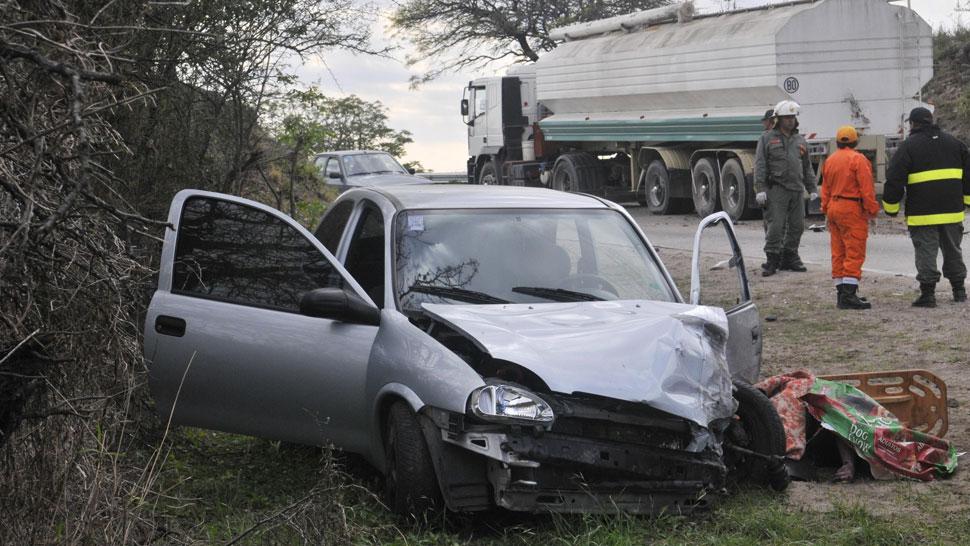 Fatal. Un joven de 26 años murió al chocar su auto contra un camión, en la ruta provincial E-53 (La Voz / Raimundo Viñuelas).