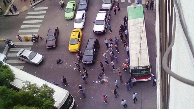 CORTE. Un colectivo cortó el tránsito en avenida Colón a la altura de Avellaneda (De @JuanDaless en Twitter)