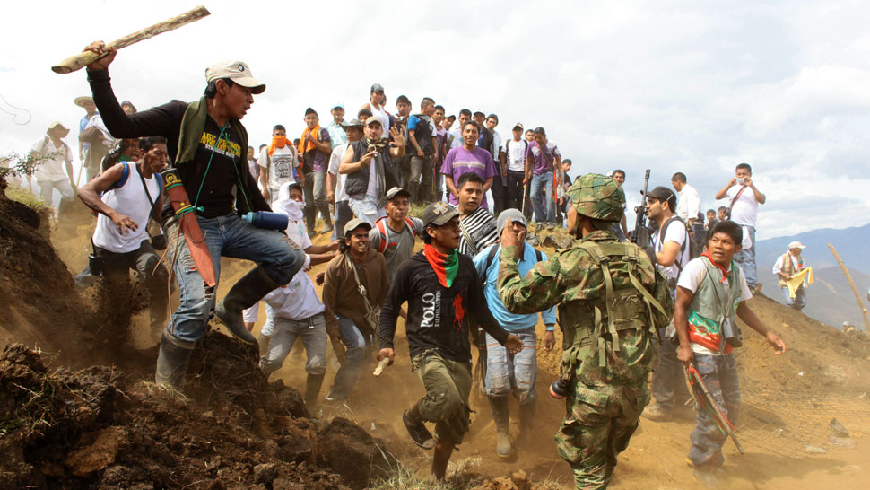 Desalojo del cerro del Berlín. A mediados de julio, los indígenas nasa expulsaron de sus tierras a las fuerzas armadas colombianas (AP).