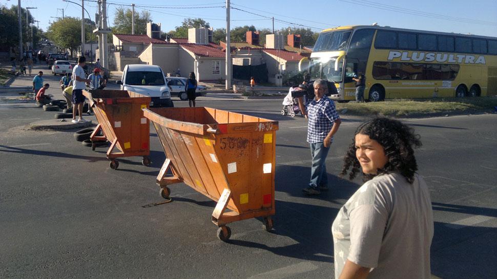 CORTE. De vecinos en el comienzo de ruta 19 (Antonio Carrizo/La Voz).