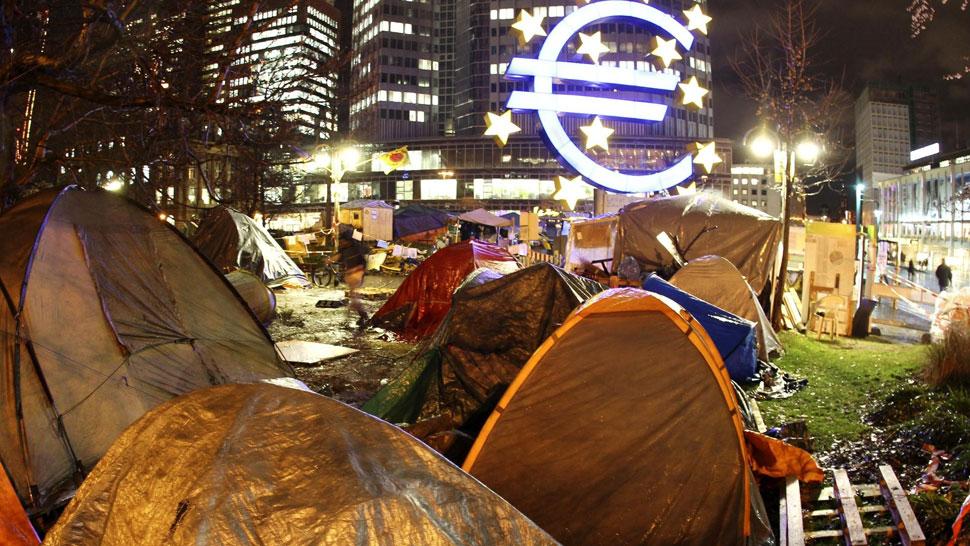 Epicentro de problemas. Activistas mantienen sus reclamos frente a la sede del Banco Central Europeo, en Alemania (AP).