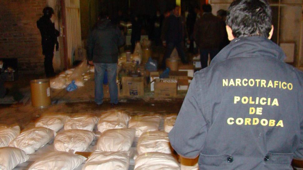 A la noche. Minutos antes de las 23 del martes, los policías ya se daban por satisfechos tras el secuestro de la droga y los precursores (Prensa Justicia Federal).