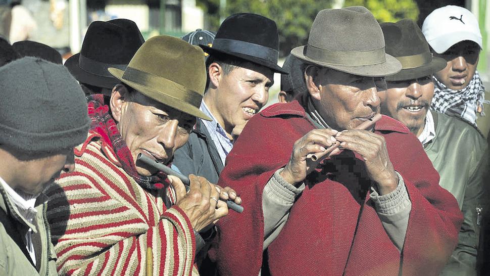 Grupos de flautistas representan a una comunidad determinada.