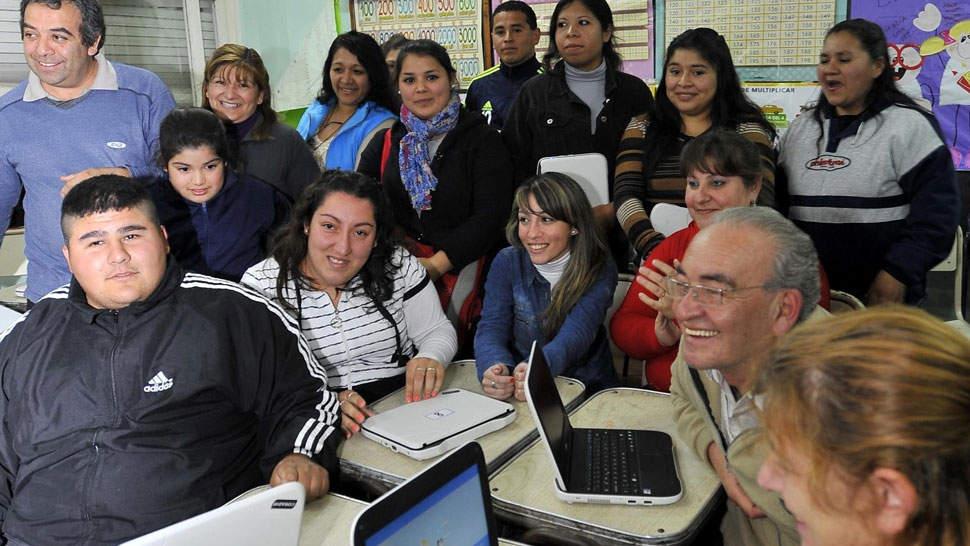 Volver a empezar. En el anexo del Cenma N° 125 en Ituzaingó, 16 familias comparten aula y estudios. Para todos, volver a ser estudiantes es una oportunidad única (Sergio Cejas).