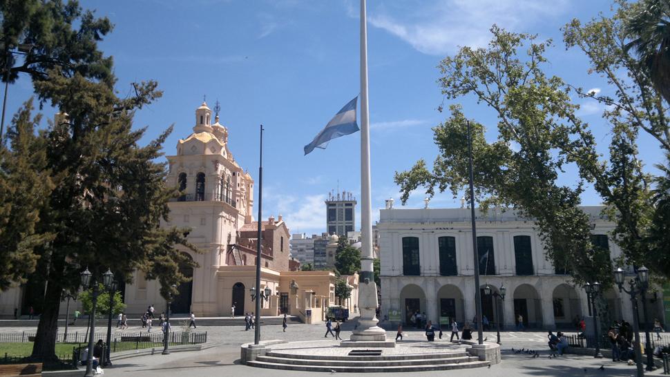 PLAZA SAN MARTÍN. En Córdoba, la bandera a media asta por el duelo (La Voz/Raimundo Viñuelas).
