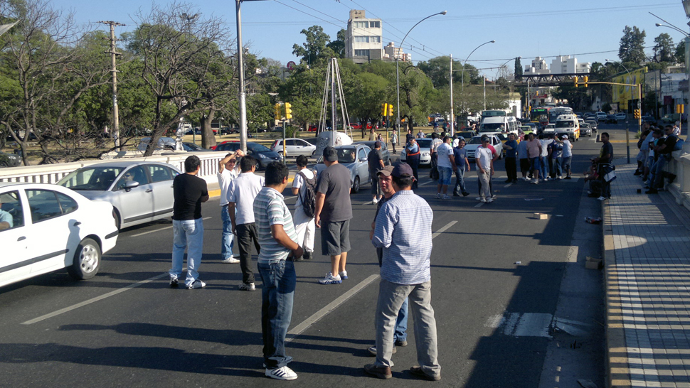 CÓRDOBA. Hubo cortes en los puentes de acceso al Centro (La Voz/Pedro Castillo).