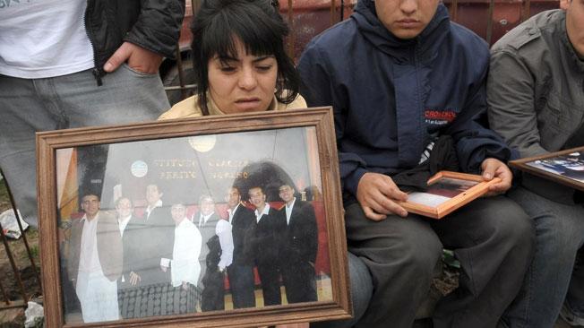 Conmovidos. Familiares de la víctima muestran fotos de Leonardo Amarilla (Télam).