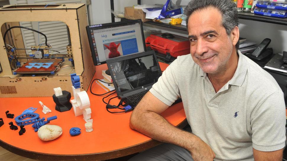 Chiche. Federico Heinz junto al prototipo de impresora 3D y algunos objetos que logró imprimir con ella (Javier Cortéz).