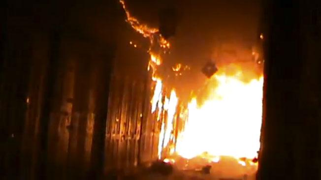 DESTROZOS. Rebeldes sirios y residentes de Aleppo luchaban ayer para contener un gran incendio que destruyó partes de los zocos medievales de la ciudad (AP).