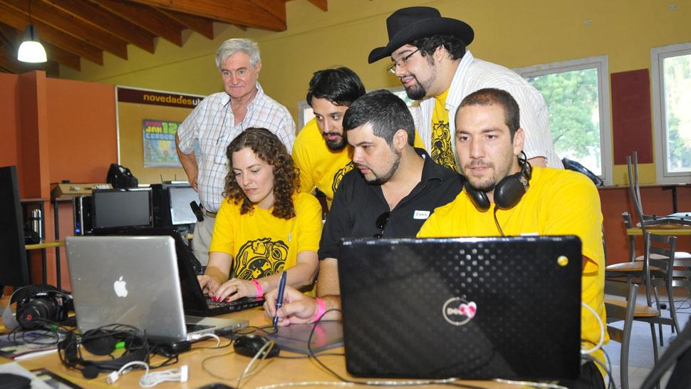 A competir. Los jóvenes trabajan en sus creaciones (Martín Santander/La Voz).