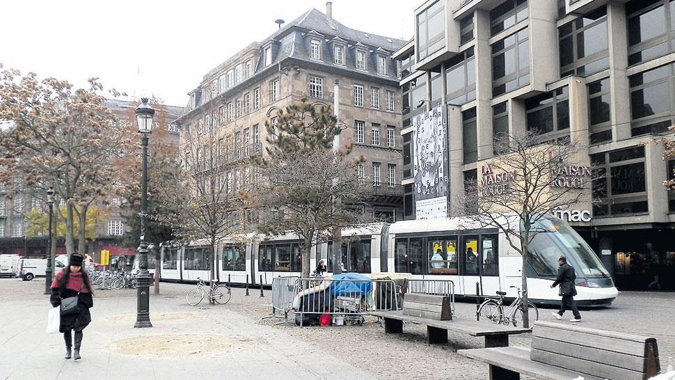 Modernos tranvías facilitan el recorrido de la ciudad de Estrasburgo.