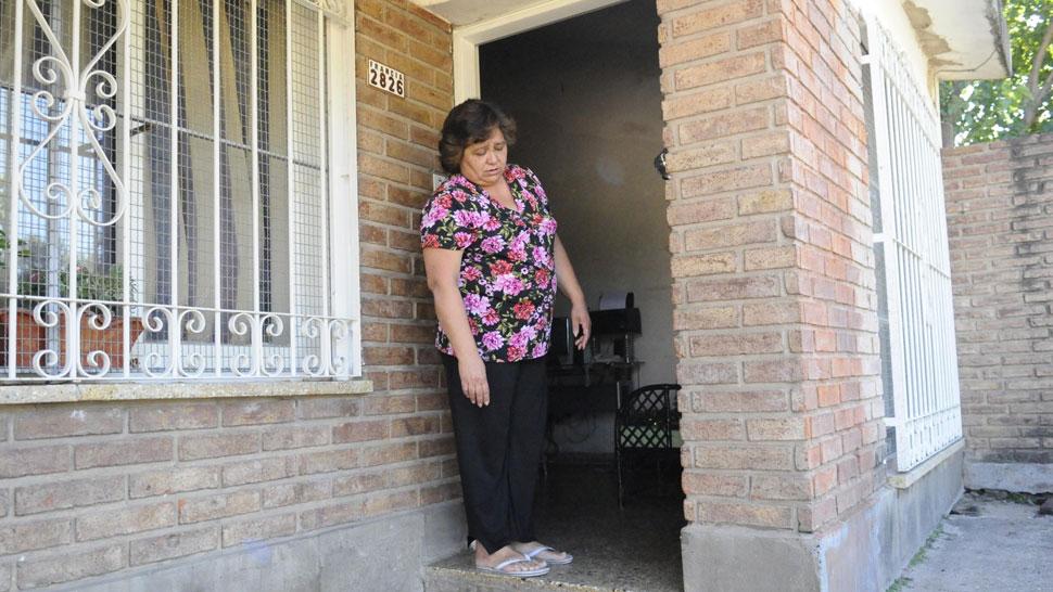 Mónica Torres trabaja como empleada doméstica. Vive encerrada para evitar agresiones y no tiene medios para mudarse (Sergio Ortega/La Voz).