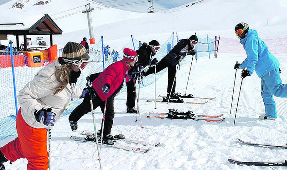 """PRINCIPIANTES. Hacen los primeros """"palotes"""" en materia de esquí."""