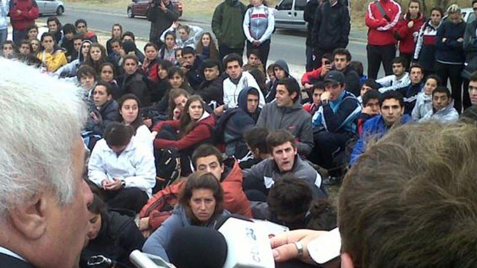 Desprevenido. Los docentes y alumnos del Ipef abordaron a De la Sota cuando fue a inaugurar una comisaría frente al Instituto.