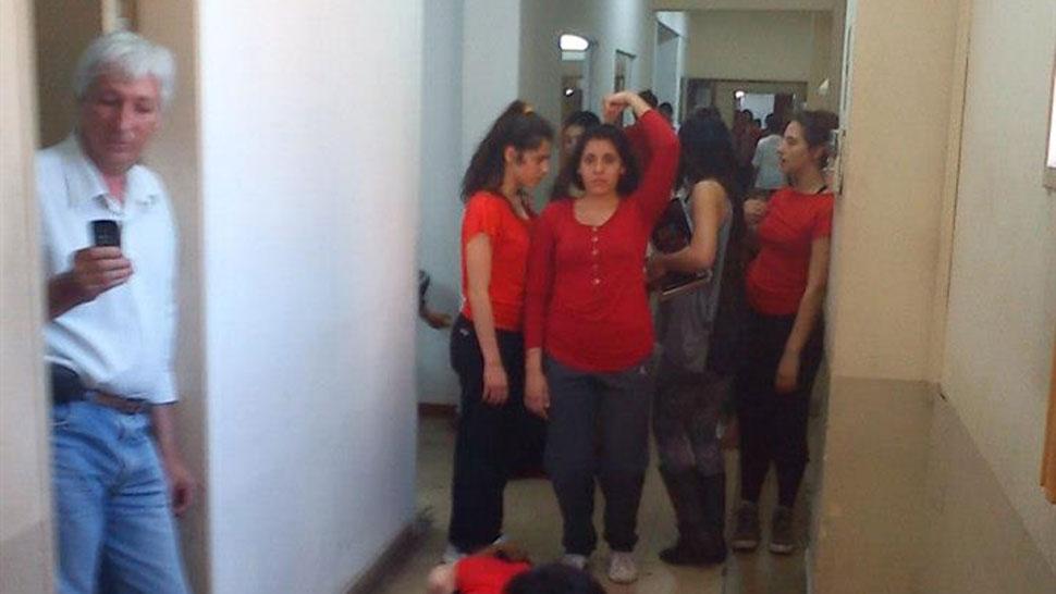 Baile de protesta. Estudiantes y profesores de danza de la Escuela Roberto Arlt fueron a bailar al Ministerio de Educación.