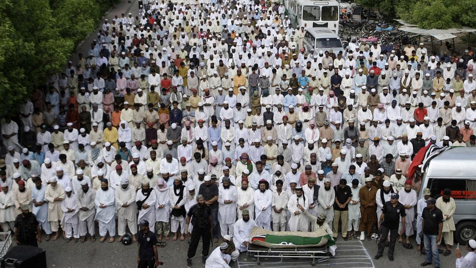 Velorio. Cientos de paquistaníes despidieron ayer a una de las varias víctimas del viernes de furia (AP).
