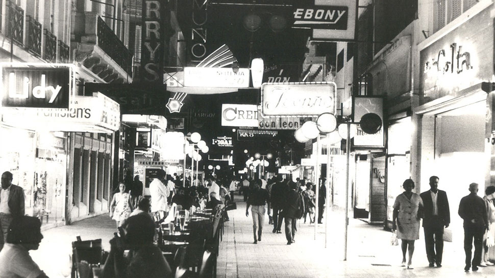 Vida nocturna. Así se veía el área peatonal, en calle San Martín, a finales de la década del '70 (La Voz/Archivo).