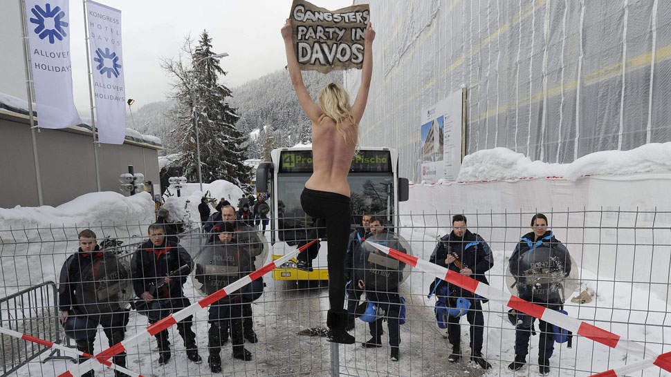 Detenidas. Tres ucranianas desafiaron el frío de Davos y se manifestaron semidesnudas frente al centro de convenciones (AP).