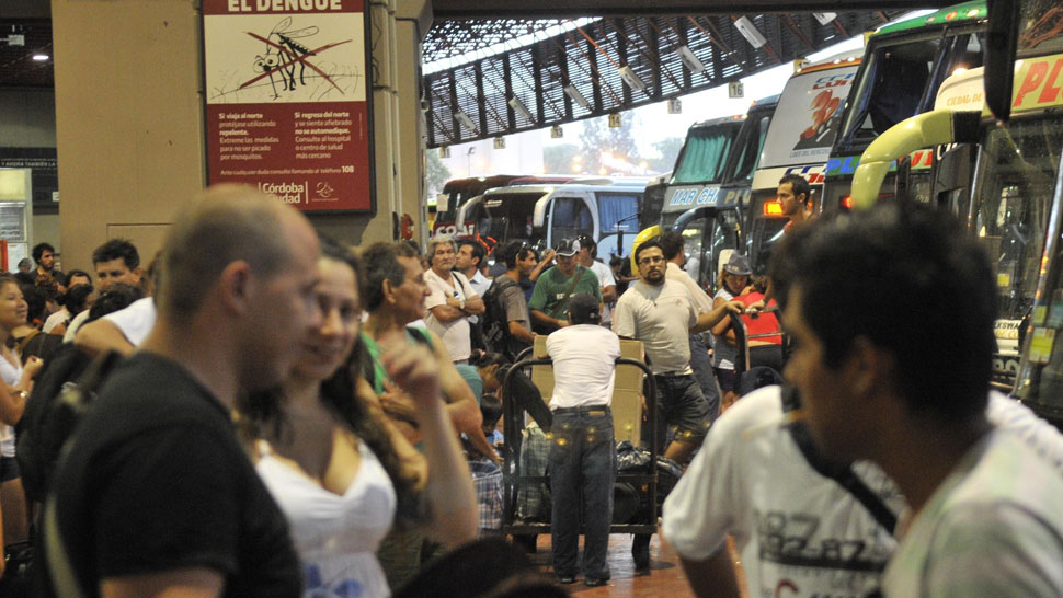 Repletos. Las empresas aseguran que hacía tiempo que no viajaba tanta gente junta a las sierras. Los fines de semana, la Terminal colapsa (Pedro Castillo/Archivo).