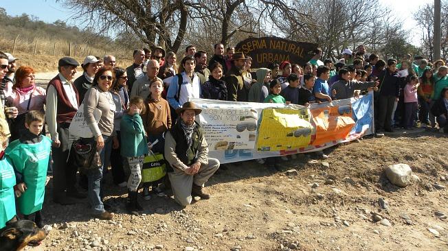 ABRAZO. Los vecinos, ONGS y organizaciones civiles abrazaron el parque (Foto: Acción Cívica Córdoba)