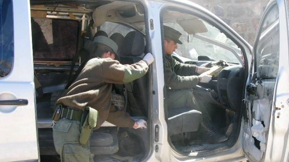 Jujuy. Gendarmes revisan la Peugeot Expert. La droga estaba escondida en varias partes del habitáculo.