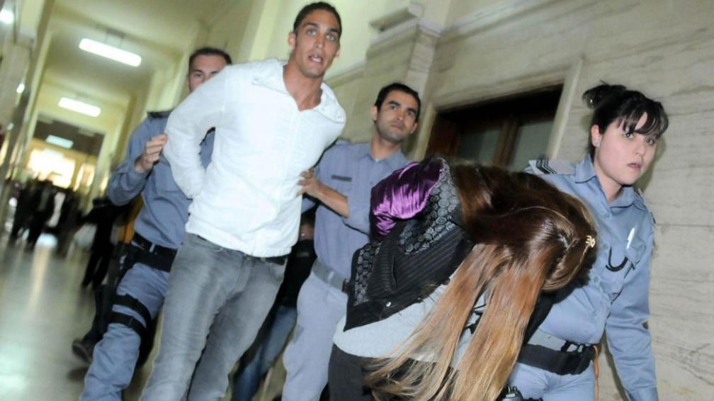 La modelo salió llorando de Tribunales. Atrás, su novio, Nicolás Gualco, también condenado (DyN).