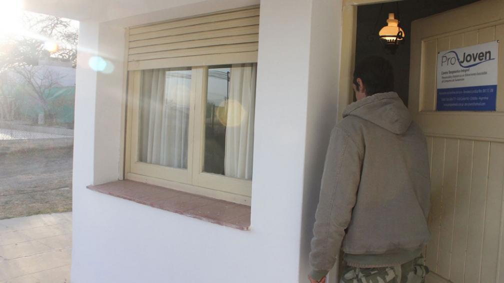 Contención. Luciano recibe ayuda de ProJoven, en Carlos Paz. La Provincia prometió una solución (LaVoz).