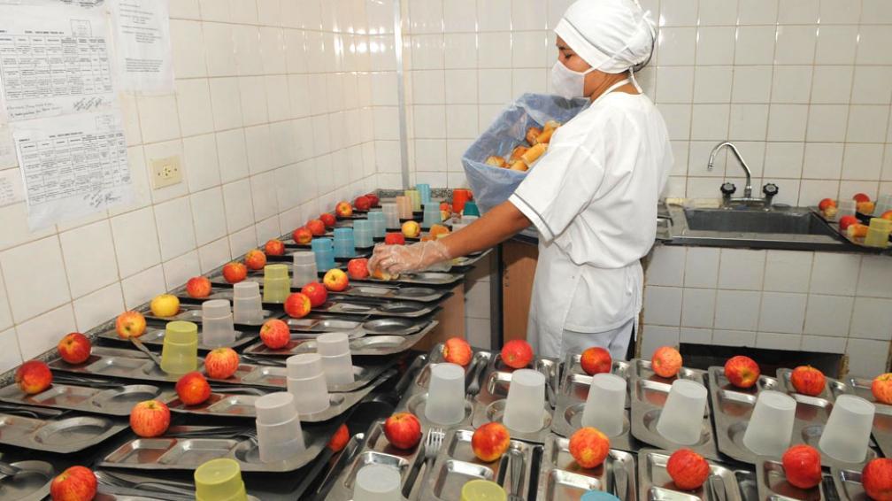 Sin flan. Las escuelas dicen que de postre sólo hay frutas de estación, cuando antes servían flan y turrón (Raimundo Viñuelas/LaVoz).