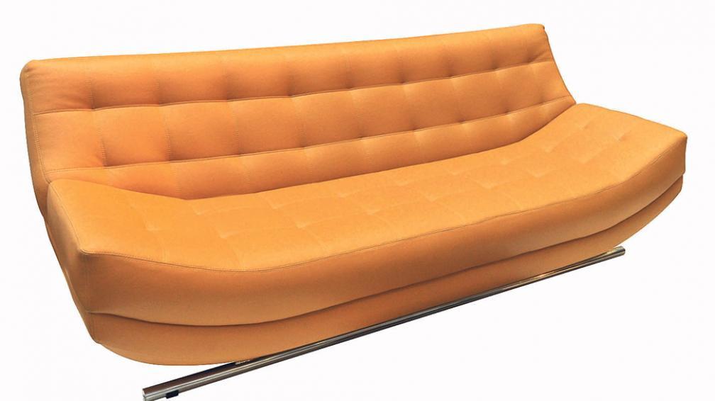 Líneas orgánicas en un sillón tapizado en ecocuero, con patas de apoyo cromadas.