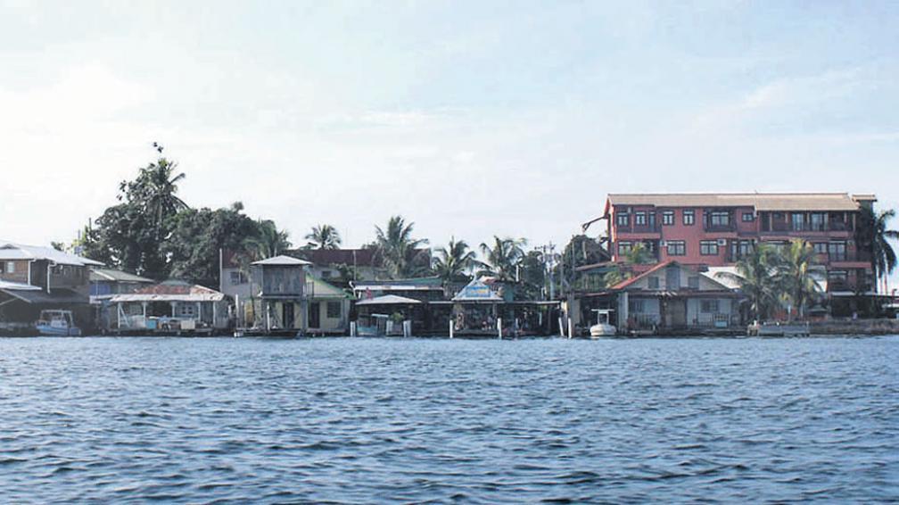 El frente de las casas, bares y hoteles de cara al mar. La parte trasera da a la calle 1ª, en el pueblo.