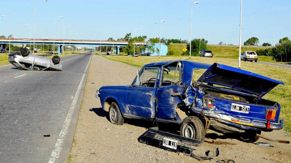 Espectacular. Un auto terminó volcado en la Circunvalación (Martín Santander/LaVoz).