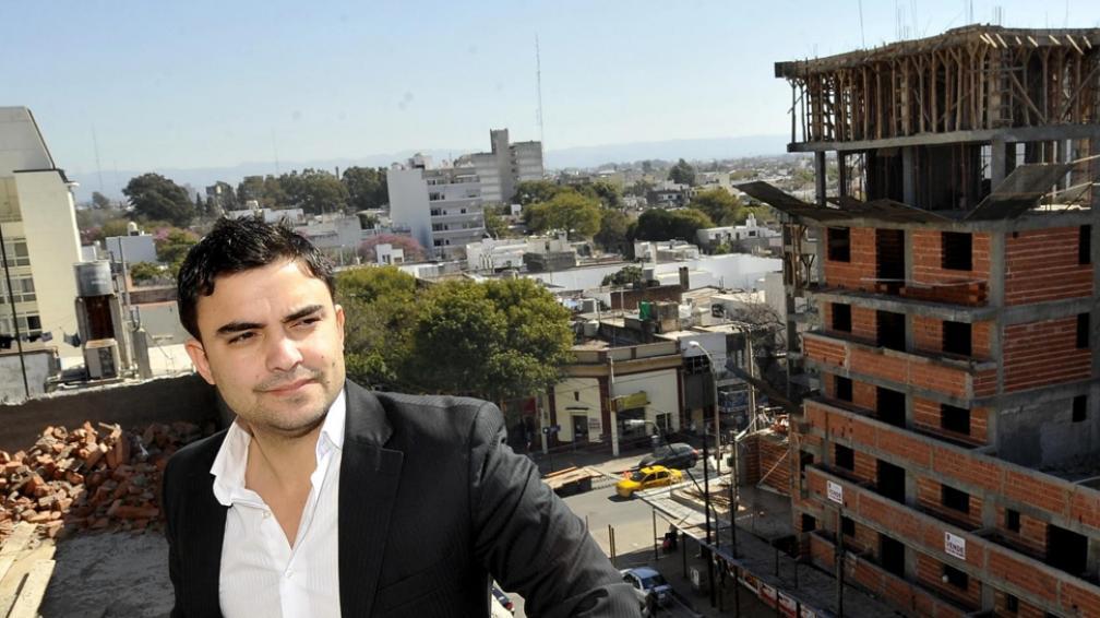 """Para arriba. José Luis Acevedo con uno de los edificios que su empresa desarrollista levanta en Alta Córdoba. """"Al principio fue difícil que la gente entendiera que el que firma soy yo"""", dice (Antonio Carrizo/LaVoz)."""