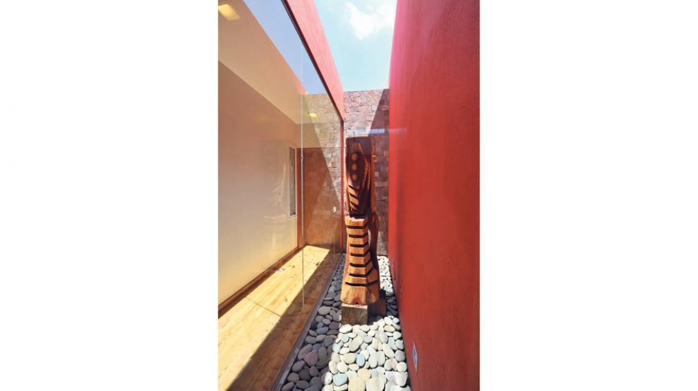 Los patios internos son verdaderos focos de luz natural, que bañan de luminosidad los ambientes que los rodean (Roger Berta).