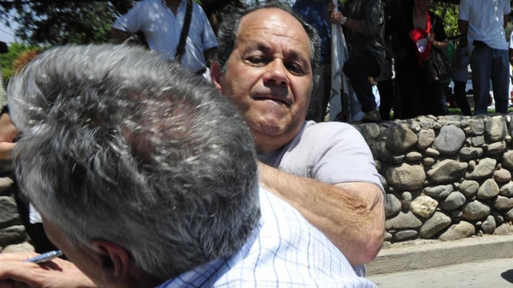 Ataque a Luis Kempa. El periodista, agredido en el polo sanitario (gentileza Día a Día).
