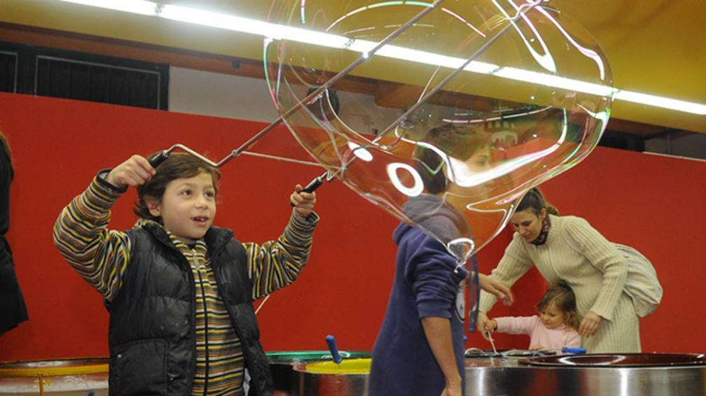 BARRILETE. Los chicos prueban los juegos en la previa-inauguración de anoche  (Pedro Castillo/LaVoz).